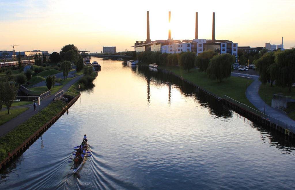 Mittellandkanal mit Ruderern im Drachenboot