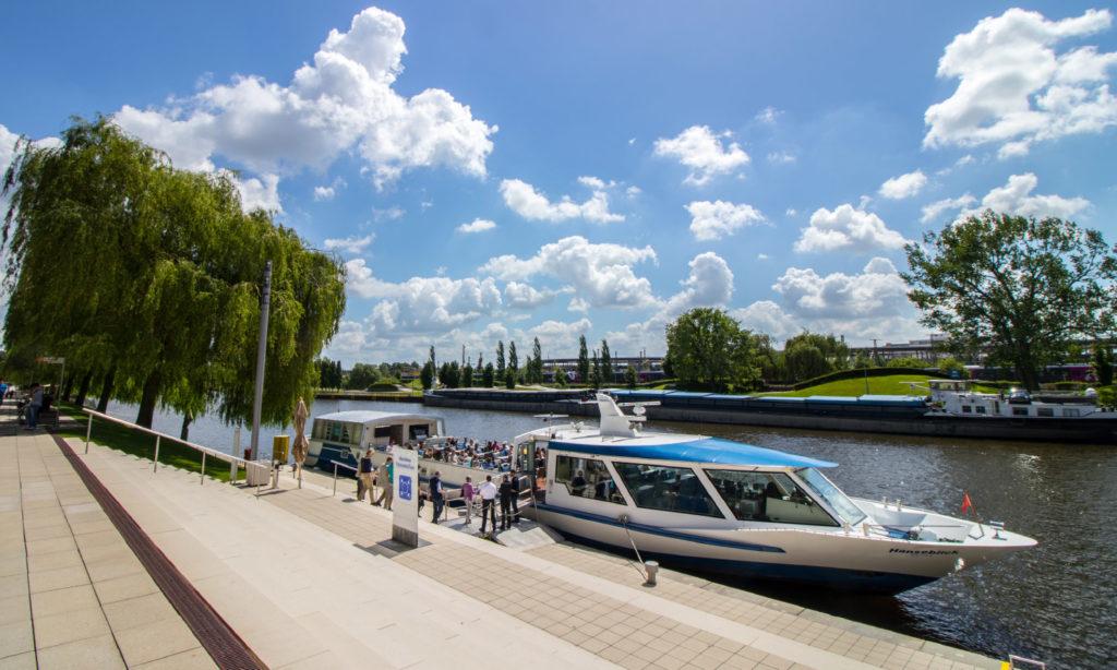 Ausflugsdampfer auf dem Mittellandkanal in Wolfsburg